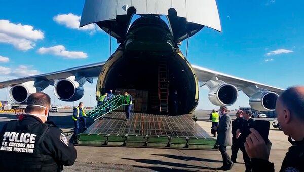 Ruský letoun An-124 se zdravotnickým materiálem na letišti v New Yorku - Sputnik Česká republika