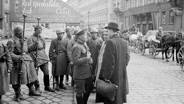 Obyvatelé Bratislavy hovoří s vojáky Rudé armády - Sputnik Česká republika