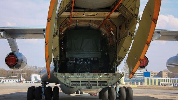Letadlo Il-76 vojensko-transportního letectva VKS RF se zařízením na pomoc Srbsku v boji s koronavirem - Sputnik Česká republika