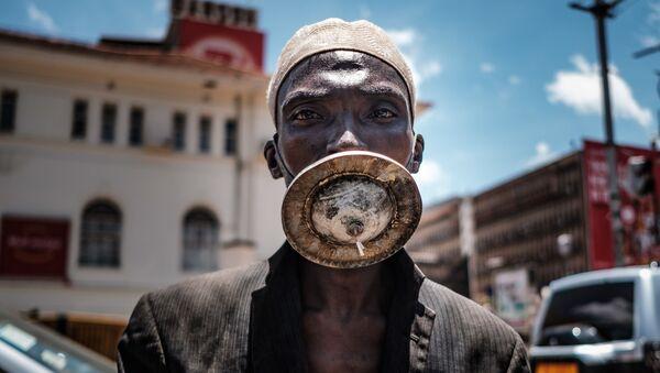 Muž v roušce vlastní výroby. Kampala, Uganda   - Sputnik Česká republika