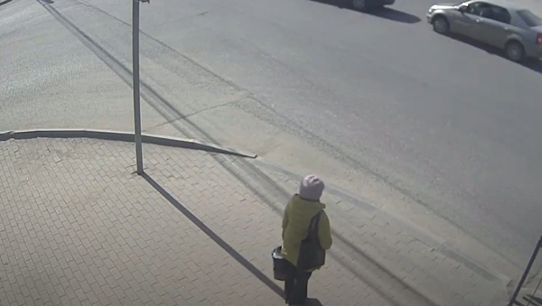 Po děsivé srážce auto vyletělo na chodník. Budete překvapeni, jak se ženě podařilo zachránit - Sputnik Česká republika