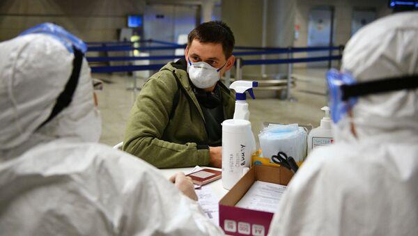 Lékaři na letišti v Moskvě - Sputnik Česká republika