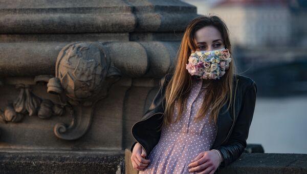 Dívka v roušce v Praze. Ilustrační foto - Sputnik Česká republika
