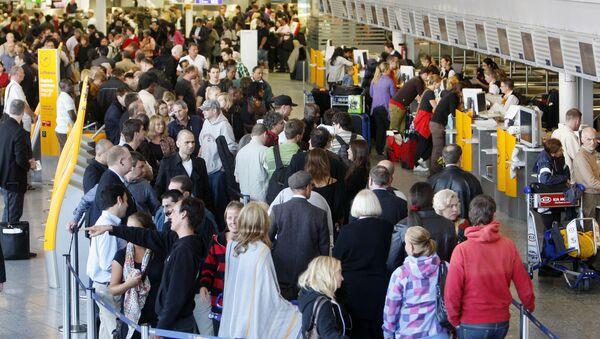 Cestující v terminálu frankfurtského letiště v Německu - Sputnik Česká republika