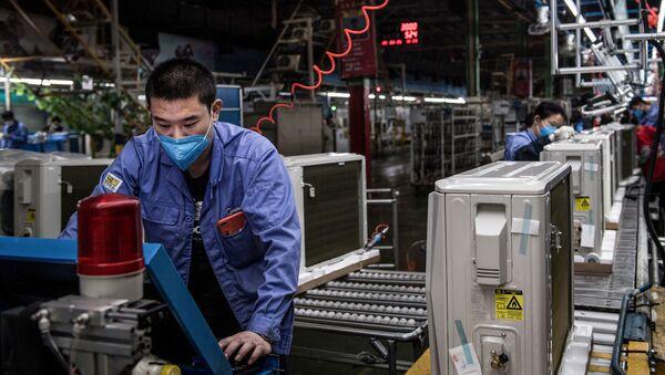 Dělník v továrně ve Wu-chanu - Sputnik Česká republika