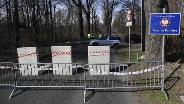 Polští policisté na uzavřeném hraničním přechodu nedaleko českého města Hrádek nad Nisou. - Sputnik Česká republika