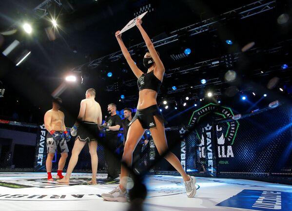 Žena v roušce před začátkem zápasu MMA v Minsku - Sputnik Česká republika