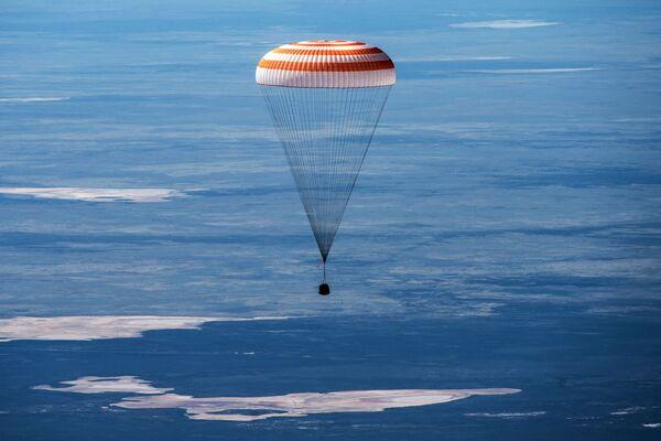 Návratový modul Sojuz MS-15 se třemi členy posádky Mezinárodní vesmírné stanice přistál v kazašské stepi  - Sputnik Česká republika