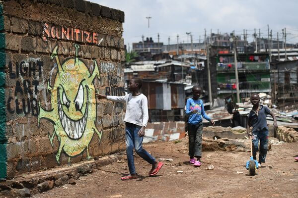 Teenageři ve slumu v Nairobi, Keňa - Sputnik Česká republika