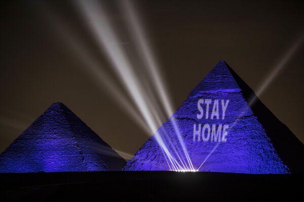 """Nápis """"Zůstaň doma"""" na jedné z pyramid v Egyptě - Sputnik Česká republika"""