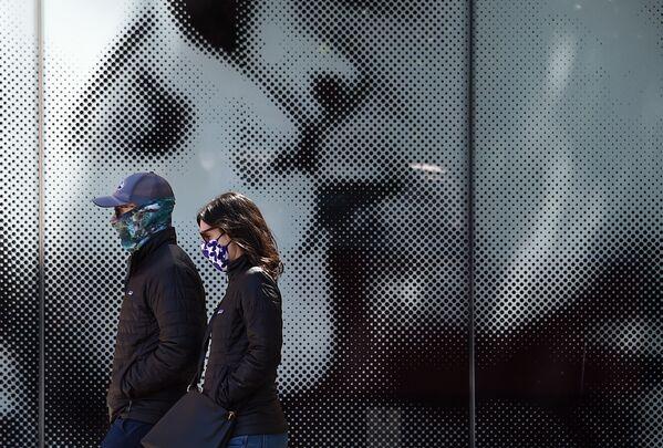 Americký pár v rouškách ve Washingtonu, USA - Sputnik Česká republika