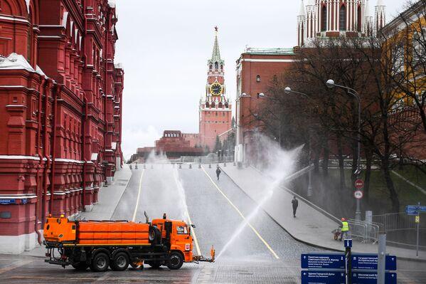 Dezinfekce silnic a chodníku poblíž Rudého náměstí a Kremlu v Moskvě, Rusko - Sputnik Česká republika
