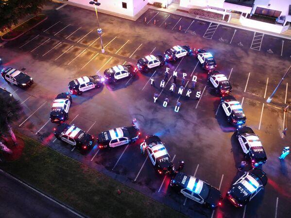Američtí policisté děkují zdravotníkům ze všeobecné nemocnice Lee Memorial Hospital ve Fort Myers, USA - Sputnik Česká republika