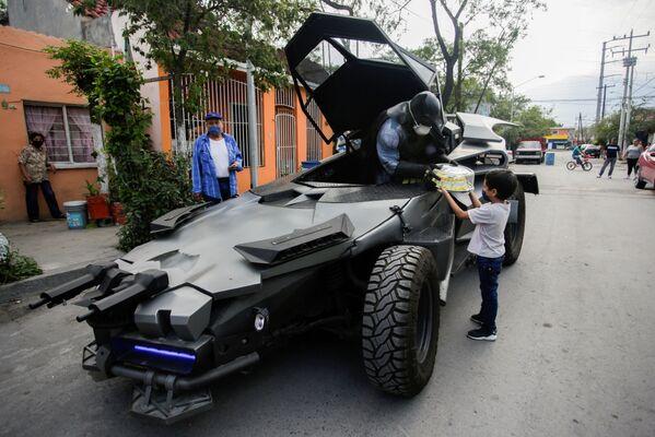 Mexický advokát Candelario Maldonado v převleku Batmana přeje chlapci k narozeninám - Sputnik Česká republika