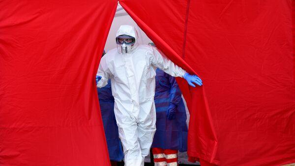 Zdravotnický personál v ochranných oblecích - Sputnik Česká republika