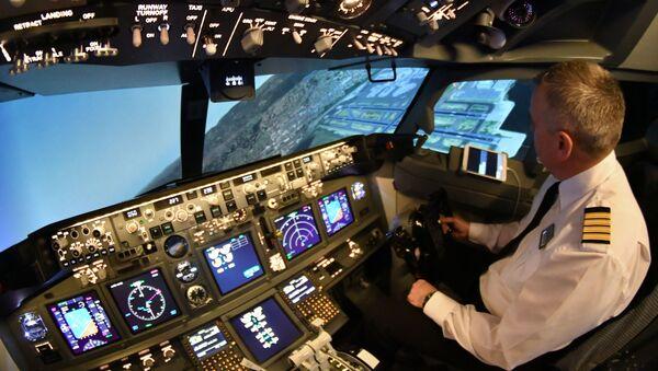 Pilot cvičí na trenažéru Boeing-737 společnosti Dream Aero - Sputnik Česká republika