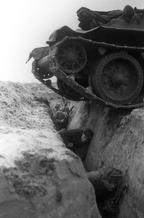 Tank projíždí příkopem s vojáky během cvičení. - Sputnik Česká republika