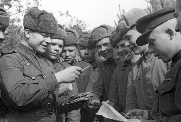 Sovětští vojáci rozebírají dopisy, 2. běloruská fronta. - Sputnik Česká republika
