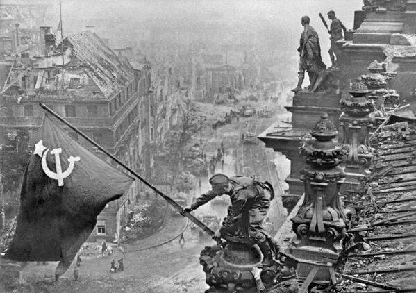 Vítězná sovětská vlajka nad Berlínem. - Sputnik Česká republika