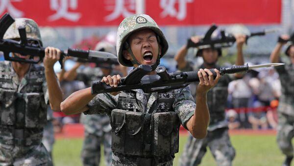 Vojáci Čínské lidové osvobozenecké armády demonstrují své dovednosti během dne otevřených dveří námořní základny na ostrově Stonecutters v Hongkongu - Sputnik Česká republika