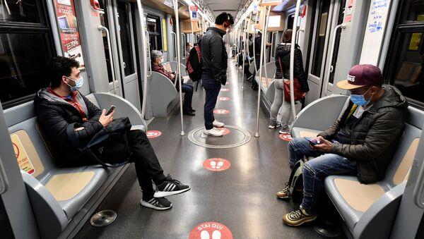 V milánském metru - Sputnik Česká republika