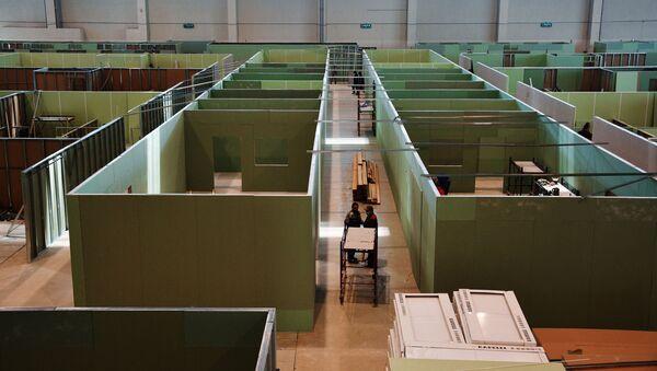 Stavba dočasné nemocnice v jednom z největších výstavních areálů světa, které je známé jako VDNCh (Výstava úspěchů národního hospodářství) - Sputnik Česká republika