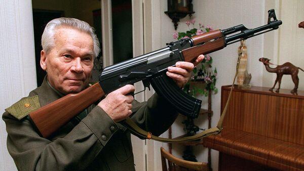 Konstruktér Michail Kalašnikov a AK-47. Předností AK je lehká váha, lehko se rozebírá, a lehce se z něho střílí. Miliony kusů této zbraně se dosud používají na celém světě - Sputnik Česká republika