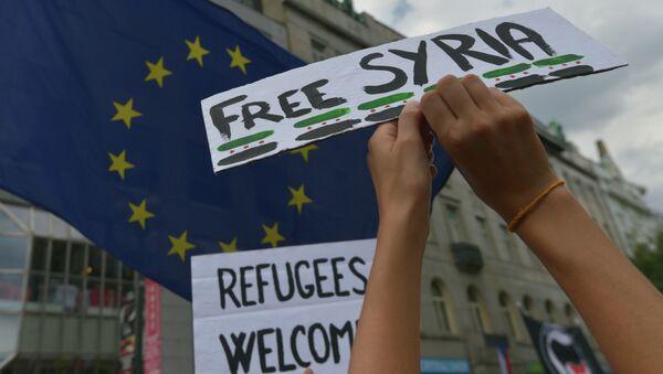 Lidé s bannery běženci vítejte s Svobodná Sýrie během demonstrace na podporu příchodu běženců do Evropy v Praze - Sputnik Česká republika