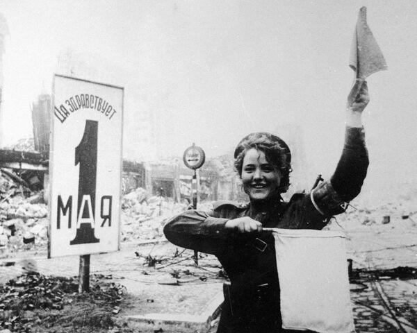 Vojačka Marija Šalněvová na Alexanderplatzu v Berlíně - Sputnik Česká republika