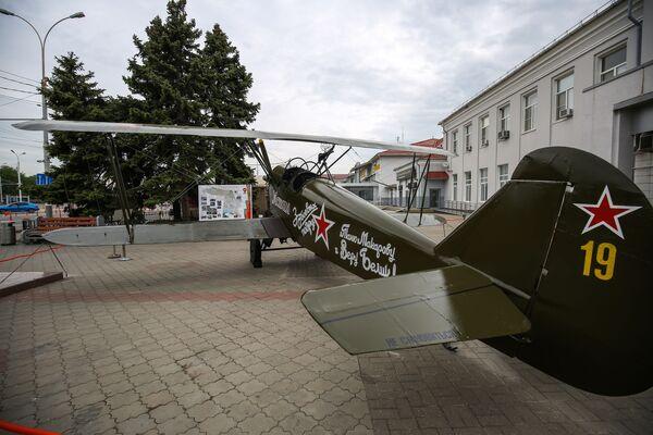 Model letadla Po-2 poblíž budovy letiště v Krasnodaru. - Sputnik Česká republika