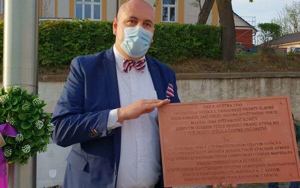 Robert Vašíček s maketou Koněvovy cedule - Sputnik Česká republika