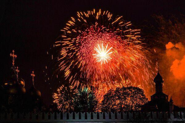 Ohňostroj nad Novoděvičím klášterem v Moskvě na počest 75. výročí vítězství. - Sputnik Česká republika