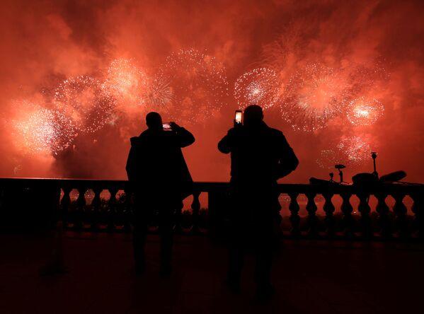 Moskvané sledují ohňostroj na počest 75. výročí vítězství. - Sputnik Česká republika