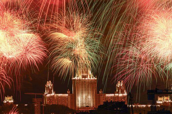 Ohňostroj nad budovou Moskevské státní univerzity na počest 75. výročí vítězství - Sputnik Česká republika