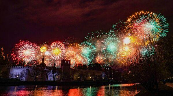 Ohňostroj nad Novoděvičím klášterem v Moskvě na počest 75. výročí vítězství - Sputnik Česká republika