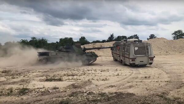 Čtyřicetitunový tank Leopard přejel karavan - Sputnik Česká republika