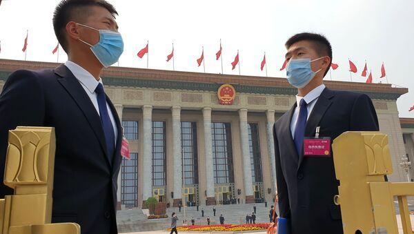 Příslušníci bezpečnostních složek před zasedáním Národního výboru Čínského lidového politického poradního shromáždění Číny v Pekingu - Sputnik Česká republika