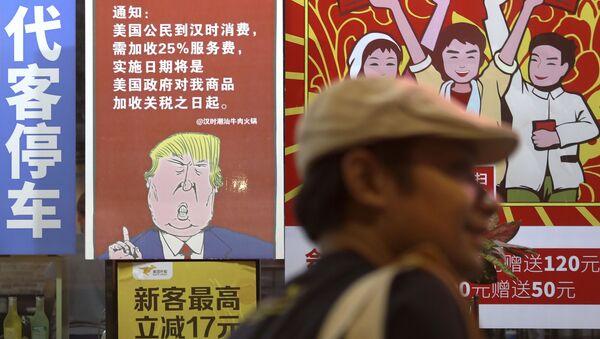 Plakát zobrazující amerického prezidenta Donalda Trumpa a poselství o uvalení obchodních cel na zboží z Číny  - Sputnik Česká republika