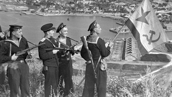 Sovětští námořníci rozmísťují vlajku nad Port Arthurem, 1945 - Sputnik Česká republika