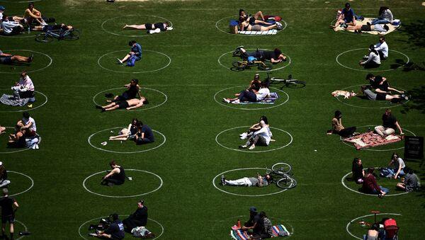 Dodržování rozestupů v parku Domino v New Yorku - Sputnik Česká republika