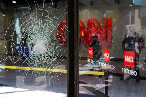 Popraskané sklo kanceláře CNN v Atlantě.  - Sputnik Česká republika
