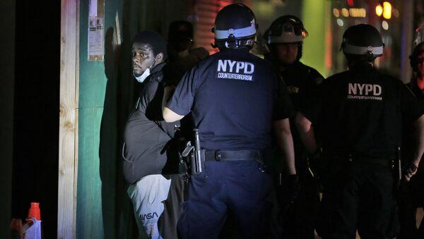 Policisté v New Yorku zadržují protestujícího - Sputnik Česká republika