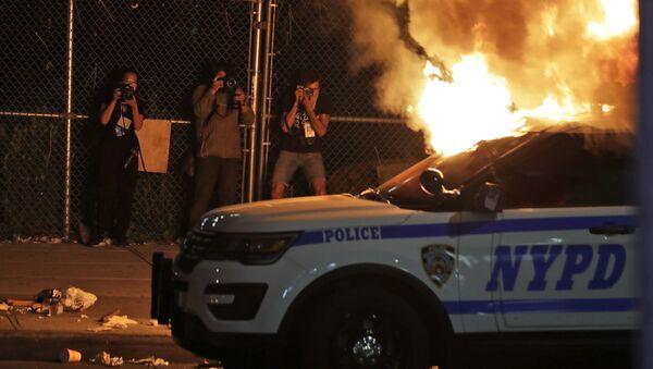 Fotografové při focení hořícího auta newyorské policie - Sputnik Česká republika