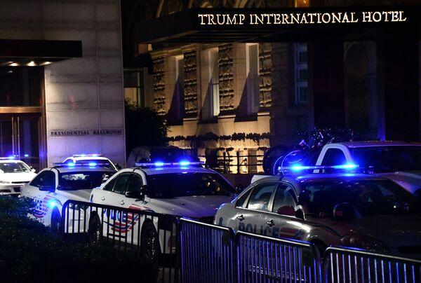 Policejní auta vedle budovy Trump International Hotel ve Washingtonu během protestních akcí proti policejnímu násilí  - Sputnik Česká republika