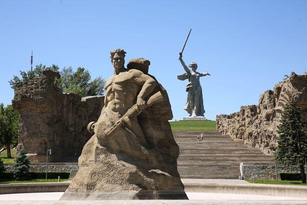 Monumentální socha Matka vlast volá na Mamajově mohyle ve Volgogradu (v letech 1925 až 1961 Stalingrad) po rekonstrukci - Sputnik Česká republika