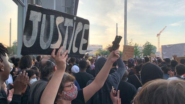 Protesty v Paříži proti krutosti policie - Sputnik Česká republika