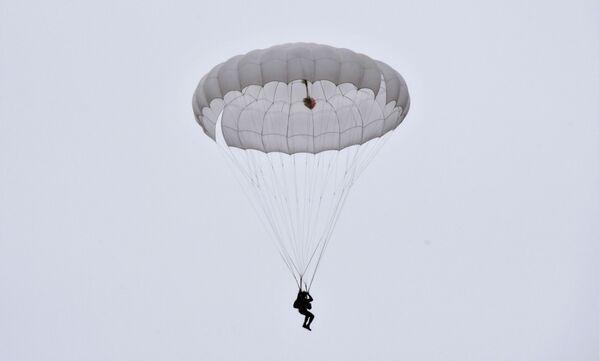 Ruští výsadkáři uskutečnili svůj první seskok s padákem. Krasnodarský kraj, Rusko - Sputnik Česká republika