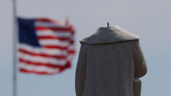Socha Kryštofa Kolumba v americkém Bostonu, které uřezali vandalové hlavu na protest proti smrti George Floyda v rukou bělošských policistů - Sputnik Česká republika