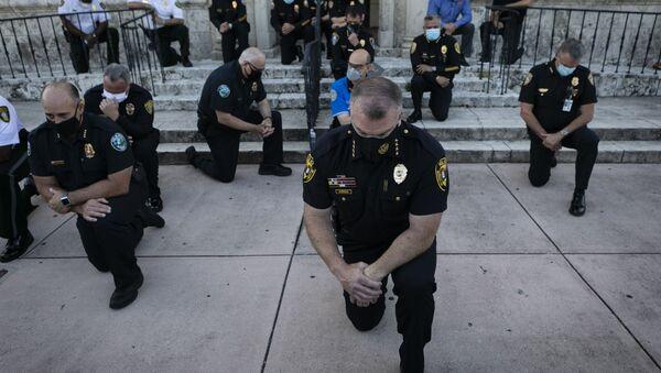 Policisté klečí během demonstrace kvůli smrti George Floyda v USA - Sputnik Česká republika