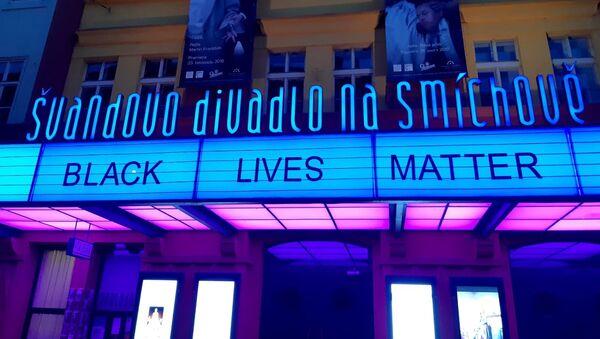 Švandovo divadlo na pražském Smíchově umístilo nad svým vchodem slogan Black Lives Matters - Sputnik Česká republika